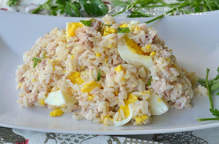 Riso freddo con tonno e uova ricetta estiva semplice e velocissimo, da gustare freddo in estate ottimo da portare in spiaggia, ricetta anche per i bambini