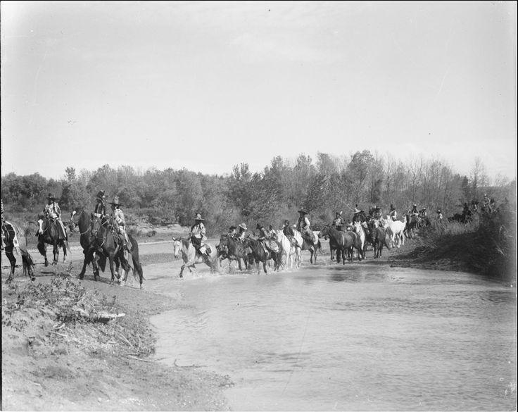 Всадники пересекают реку. Коллекция Richard Throssel. Дата: 1902-1933. Университет Вайоминга. American Heritage Center.