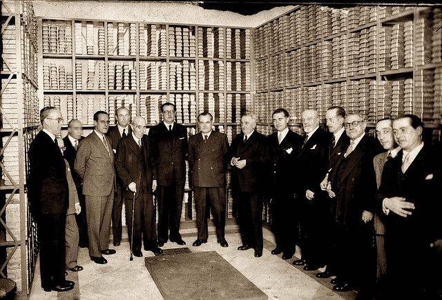 Diego González Ragel - Junta de accionistas del Banco de España en el interior de la caja fuerte, junto a lingotes de oro