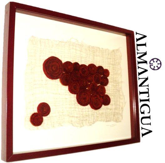 Chalinga (Donde se pide permiso)  Medidas: 50cm x 59,5cm.  Descripción: Lámina de fieltro echa de vellón de oveja crudo con fibras de cáñamo entrecruzadas y rollos de vellón de oveja teñidos con anilinas orgánicas en tonos rojos y naranjas, en marco (caja + vidrio) de madera color rojo y paspartú crema.