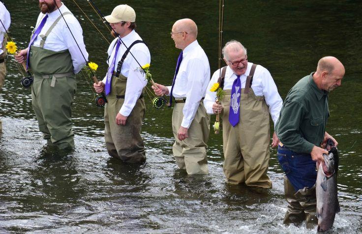 Alaska, pesca che passione: matrimonio nel fiume