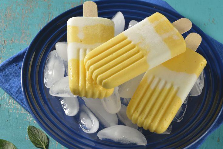 Prepara éstas ricas y sencillas paletas heladas con yogurt de mango. Tiene una suave y cremosa consistencia y un intenso sabor a mango. Son deliciosas e ideales para los días calurosos. Tienen un gran sabor y las puedes hacer durante todo el año, a tus hijos les encantarán.