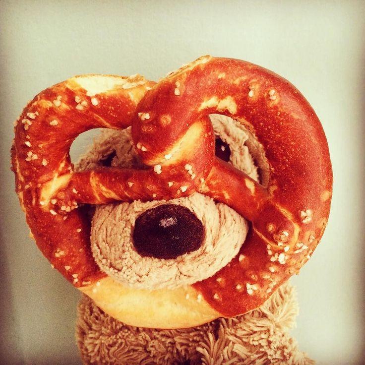 AUFGEBREZELT ... Fürs Oktoberfest im September... Bavarian party style! #aufgebrezelt #wiesn2016 #wiesngaudi #brezn #bretzel #bavarian #bavarianstyle #mordsgaudi #fluffy #fluffydog #f4f #puppy #welpe #plushiesofinstagram #plushies #schaumirindieaugenkleines