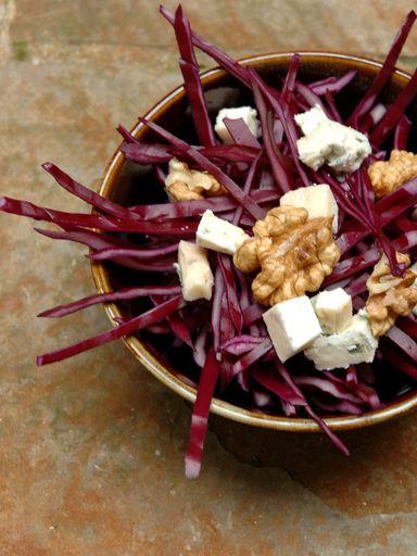 Chou rouge au roquefort et aux noix en salade : Recette de Chou rouge au roquefort et aux noix en salade - Marmiton