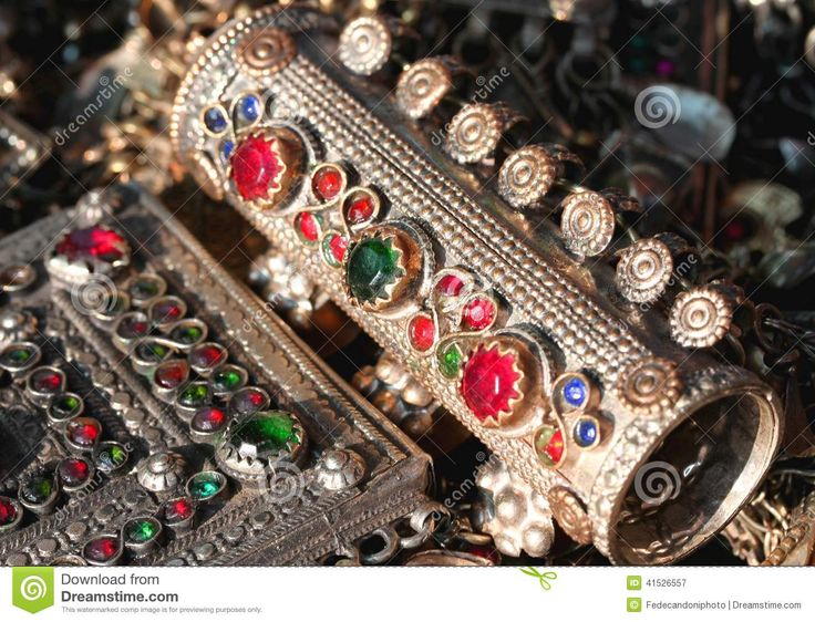 la-pulsera-y-el-diverso-vintage-metal-la-joyería-y-las-piedras-preciosas-para-la-sal-41526557.jpg (1300×994)