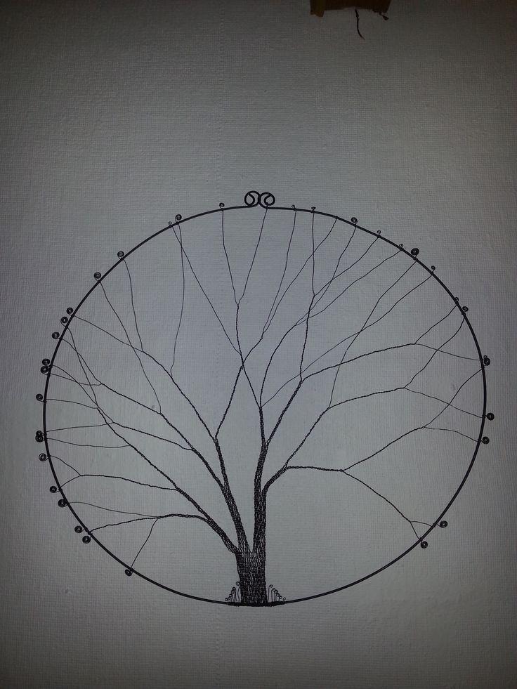 Strom v kruhu o průměru 60cm. Drát železný tažený 2mm - 2m a 0.8mm - 26m. Pracnost 12hod.