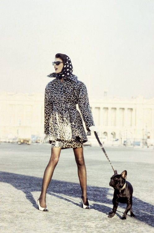 Linda Evangelista knows how to dress for transitional weather - cover up on top, but the legs are staying out!