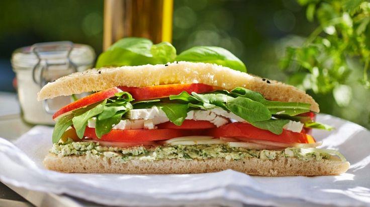 Schafskäse-Sandwich mit Tomate und Basilikum | http://eatsmarter.de/rezepte/schafskaese-sandwich