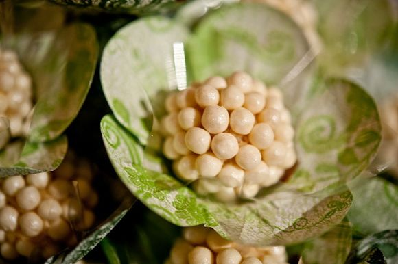 Forminhas decorativas em papel estampadas  Fundo branco com estampa florida.  Cores disponíveis: verde claro, verde musgo, vermelho, amarelo, laranja, preto, marrom, rosa, pink, bege, lilás, roxo, prata.  TIPOS de Flores  Flor com 5 pétalas; Florzinha com 8 pétalas; Flor com 6 pétalas em forma de folha.   TAMANHO Medida: 6cm de diâmetro. Base com 3cm  Caixa com 50 unidades - R$ 18,00 (0,36 a unidade)  Pedido mínimo: 200 Forminhas (4 caixas)  As forminhas são embaladas em caixas de acetado…