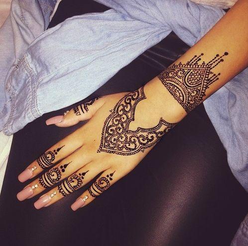tatuaje mehndi mano