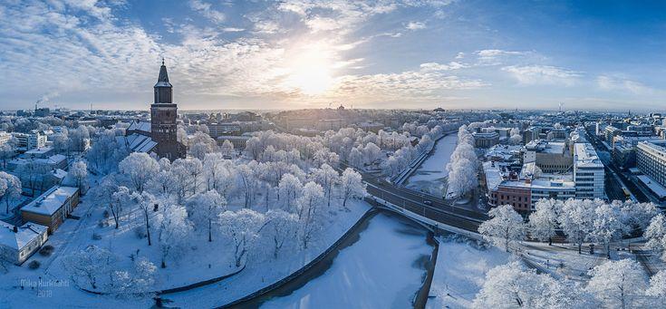 Tuomiokirkkopuiston ja jokirannan huurteiset puut tammikuisen auringon viileässä syleilyssä. Aika täydellistä. - Mika Kurkilahti (@MikaKurkilahti) | Twitter