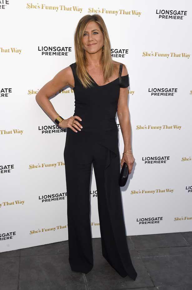 """Jennifer Aniston de macacão preto do resort 2016 de Roland Mouret no tapete vermelho da pré-estreia de """"She's Funny That Way"""", em Los Angeles."""