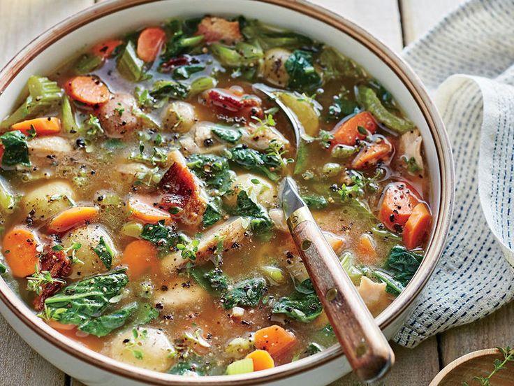 Contenant du bacon et des pommes de terre, cette soupe au poulet est un vrai délice dont vous ne pourrez plus jamais vous passer!