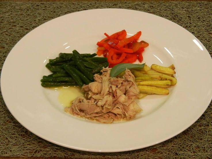 Tonno di coniglio su letto giallo, rosso e verde --------------------------- Rabbit tuna with red peppers, green beans and yellow zucchini