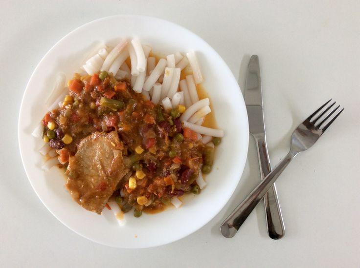Vepřové kotlety na rajčatech, zeleninové směsi s červenými fazolemi, rýžové těstoviny