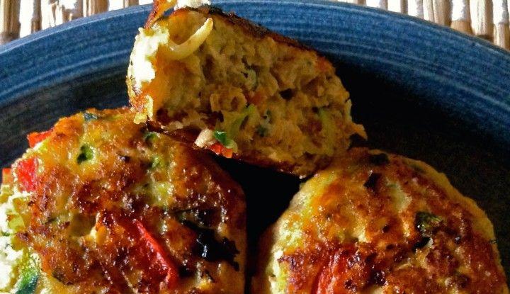 Disse kyllingefrikadeller med gulerødder og peberfrugt er en sundere udgave i forhold til de tradtionelle, som ofte er lavet på fedt svinekød