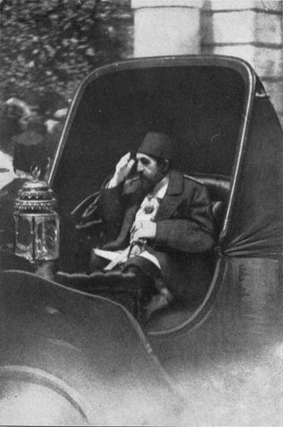 Sultan II. Abdülhamid kendisinin kullanmayı tercih ettiği faytonunda. Sanırım Yıldız sarayında sergilenen fayton bu.