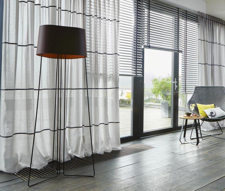 Original curtains for an easy lifestyle. Half transparant gordijn (Desert 15) met unieke leatherlook biezen in combinatie met aluminium jaloezieën. Voor jou op maat gemaakt.