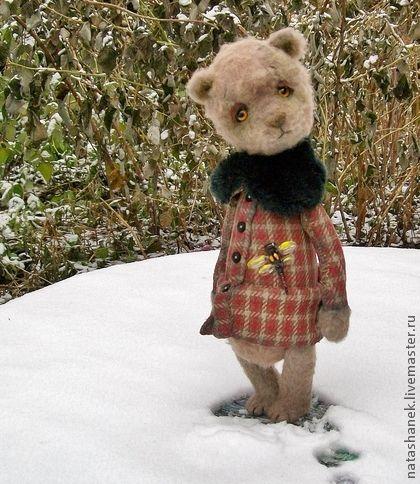 Стеша, первый снег и последняя стрекоза.... Мишка тедди винтаж.. У Стешеньки пальто в клеточку. Добротное, советское! Досталось девочке по наследству, поэтому немного потёрто, заштопано)))  Но это не страшно, пошито-то было по Госту!  ~.~.~.~.~.~.~.~.~.~.~.~.~.~.~.~  Мишка сделана из винтажного мохера и кусочка старинной ткани.