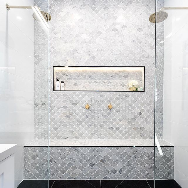 We know how much y'all LOVE a fish scale/fan tile so this one's for the you :) :) Marble, double-shower with brass tapware by Julia and Sasha (IG; @juliaandsasha) ;) Photo by Nicole Hasthorpe. HAPPY Tuesday all! Team DS. X #designstuff #bathroom #bathroominspo