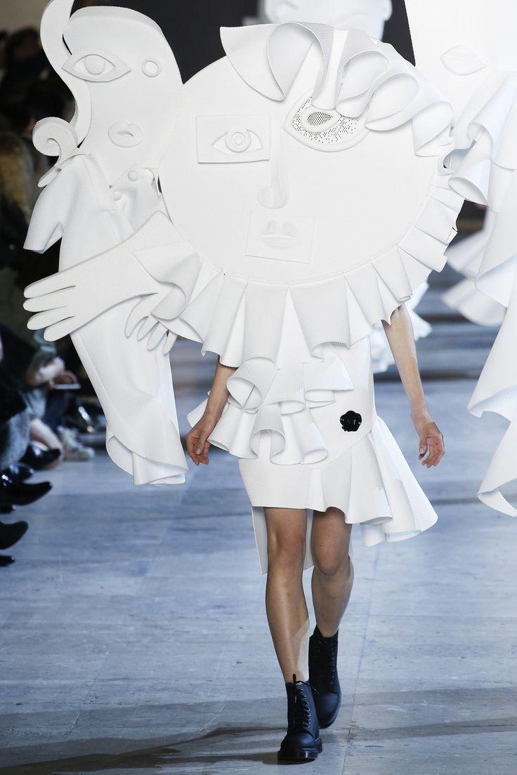 Défilé Viktor&Rolf Haute Couture printemps-été 2016 vêtement blanc dont la formes et  partie du corps sont accentué et grossis