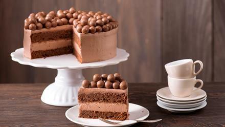 Backrezept für Schokoladentorte - mit Schokolade im Teig, in der Füllung, drumherum und mit Schokokugeln obenauf, eben einfach köstlich schokoladig.