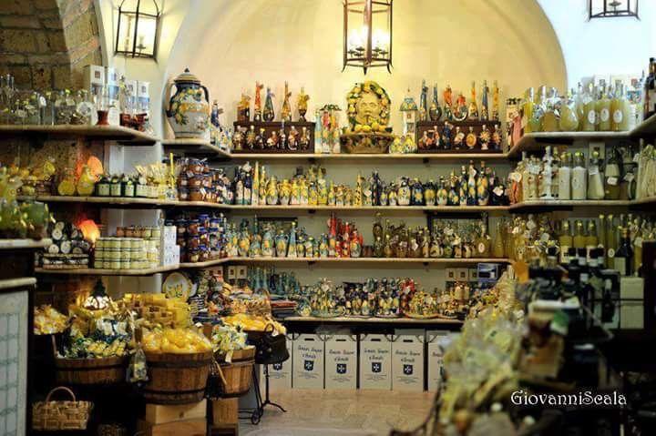 Negozio dei liquori ......... Limoncello di Amalfi