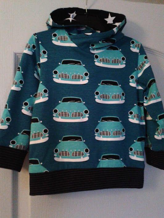 Hoodie van Paapii vintage car bio jersey met zwarte sterren in de capuchon - patroon Omni Tempore van Sofilantjes.com