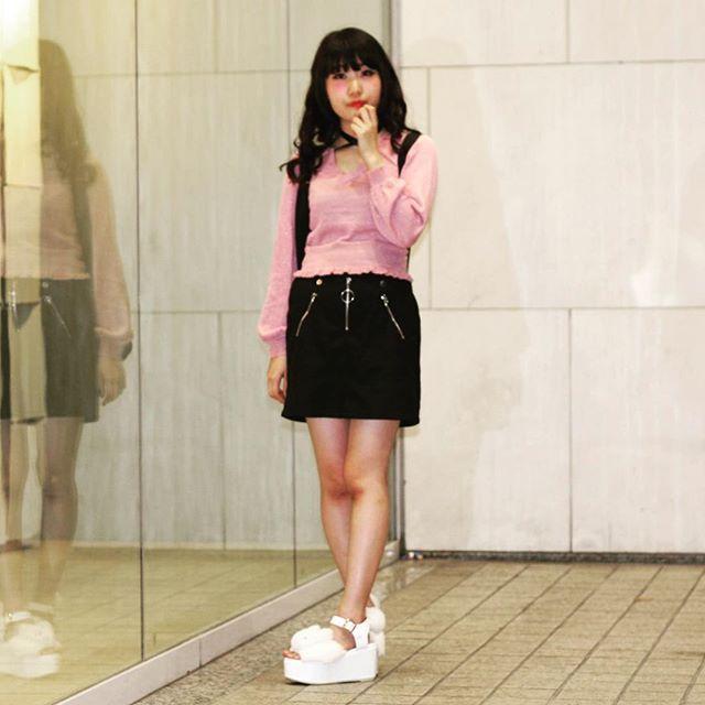 『厚底サンダルのコーディネート』足元にボリュームをだしてくれるデザインがマスト。存在感抜群なサンダルはコーデのアクセントにピッタリ。⠀  .⠀  TokyouFashionSnapでは一緒に活動してくれる仲間を募集中!詳しくはプロフイ-ルからホームページをご覧ください。⠀  .⠀  #TokyoFashionSnap#tfs#fashion#japan#code#osaka#japanesefashion#outfit#instafashion#ootd#옷스타그램#패션#데일리코디#東京ファッションスナップ#大阪#アメリカ村#ファッション#コーデ#スナップ#モデル#お洒落さんと繋がりたい#今日の服#アウトフィット#サンダル#白#厚底サンダル#台形スカート#スカート#黒#トップス