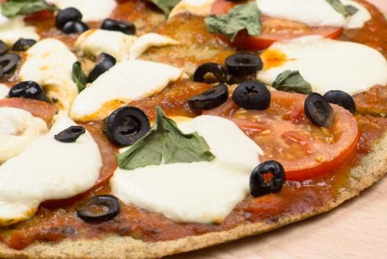 Máte rádi pizzu? Vyzkoušejte tento jednoduchý a zdravý recept na bezlepkovou pizzu z quinoy. Tato pseudoobilovina má nejen úžasnou chuť, ale i vysoký obsah všech prospěšných živin. Skvěle zasytí a v kombinaci s rajčaty, mozzarellou a bazalkou je to opravdová delikatesa.