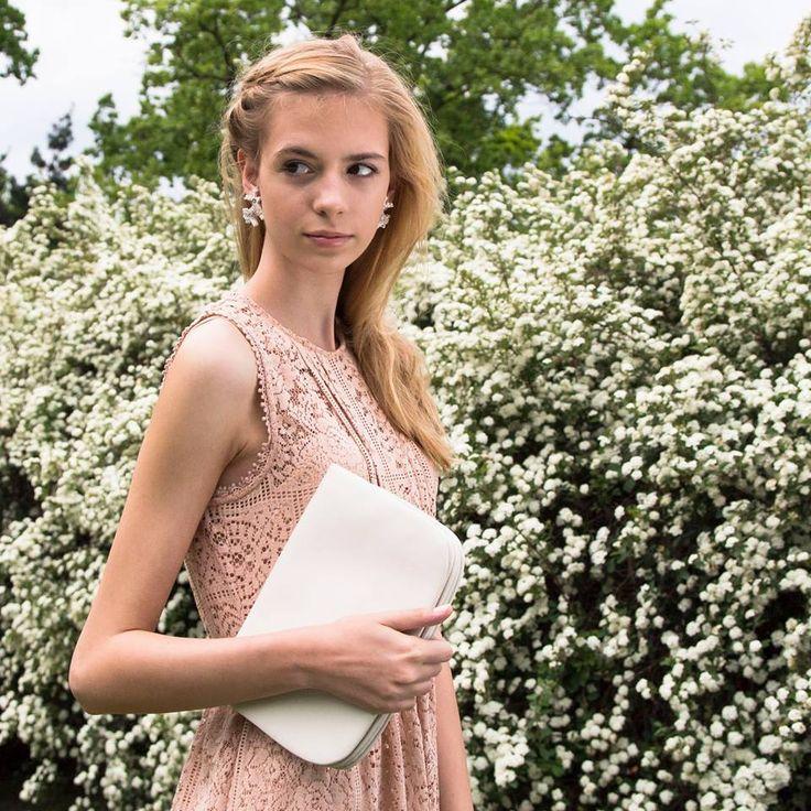 Pozvánky na letní svatby už se vám pomalu kupí ve schránce? I jako host nebo svědkyně můžete okouzlit. Třeba jemnými náušnicemi Sensilla a Sensíba. Model: Karin Bacilková, finalistka Czechoslovak TopModel 2015