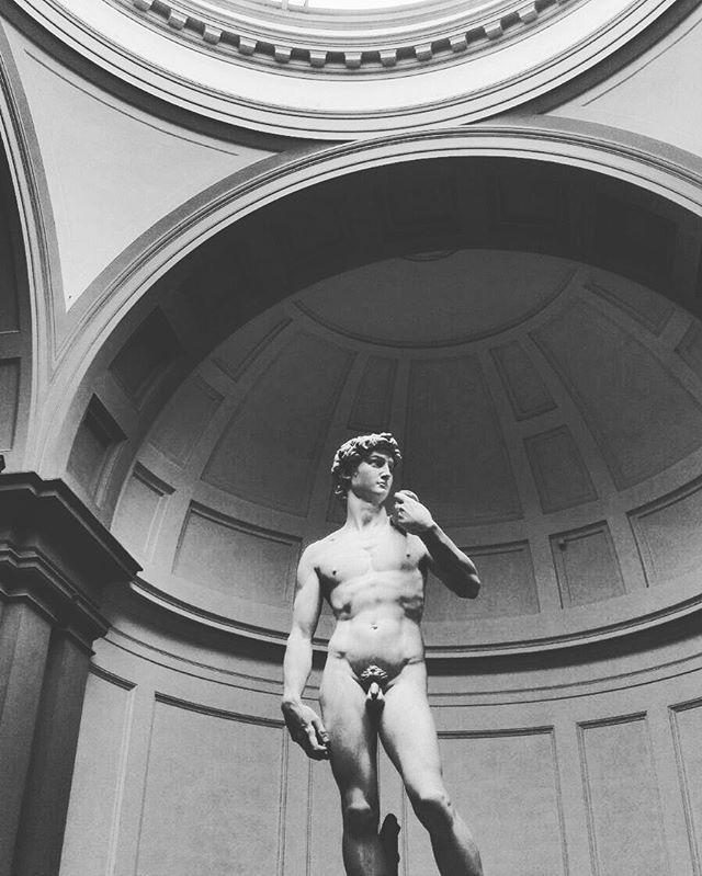 It looks like real, no?  #florence #italyiloveyou #igers #bnw_life #bnw_captures #bnw #statue #beautiful #bestoftheday #visit #travelblogger #travel #travelgram #art #visitflorence #michelangelo #david #awesome #volgoitalia #tuscanygram #tuscany #firenze
