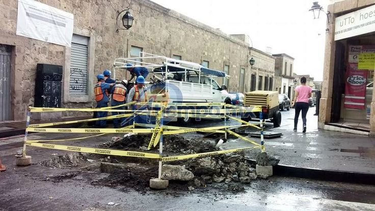 Se complica el tránsito vehicular en la esquina de la Avenida Madero y la calle Guadalupe Victoria por los trabajos de reparación que se realizan en el lugar – Morelia, ...