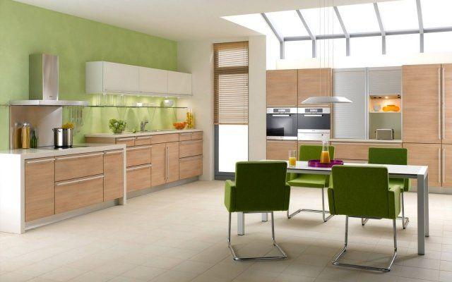 peinture cuisine vert pâle et chaises vert herbe
