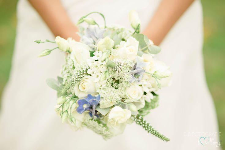 heel licht met een klein accentkleurtje...tof!  #trouwboeket #bruidsboeket #huwelijk #bruidsbloemen #corsage