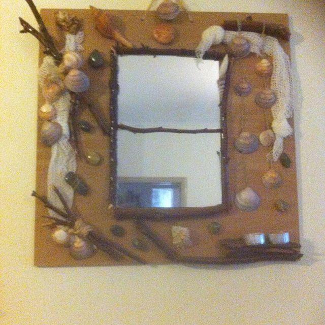 Καθρέφτης σε κόντρα πλακέ θαλάσσης στολισμένος με χρωματιστές πέτρες κοχύλια και ξύλα .Μικρή λεπτομέρεια  η ξύλινη θέση για 2 ρεσω