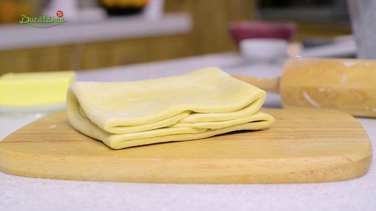 Reteta culinara Cum se face aluatul de foietaj din categoria Scoala de gatit Bucataras. Cum sa faci Cum se face aluatul de foietaj