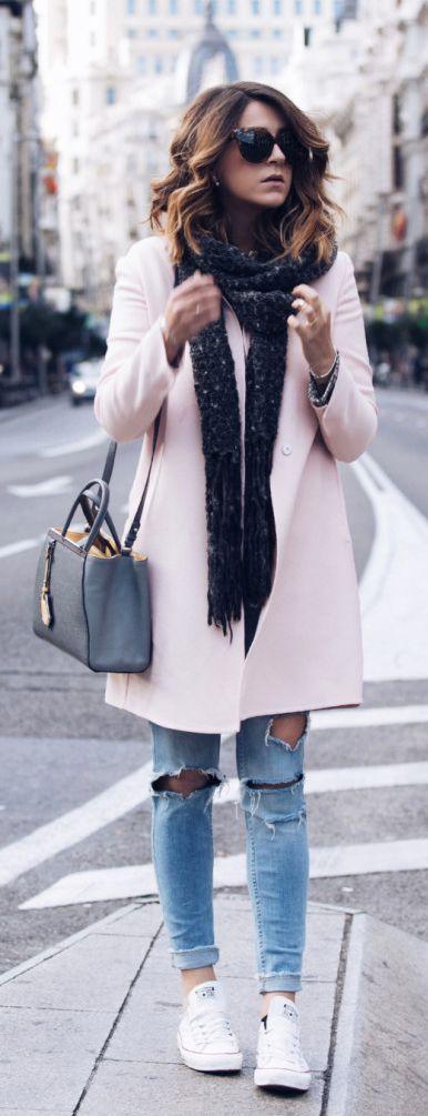 Manteau long beige écharpe grise foncée sac à mains gris jean slim bleu troué converses blanches basses