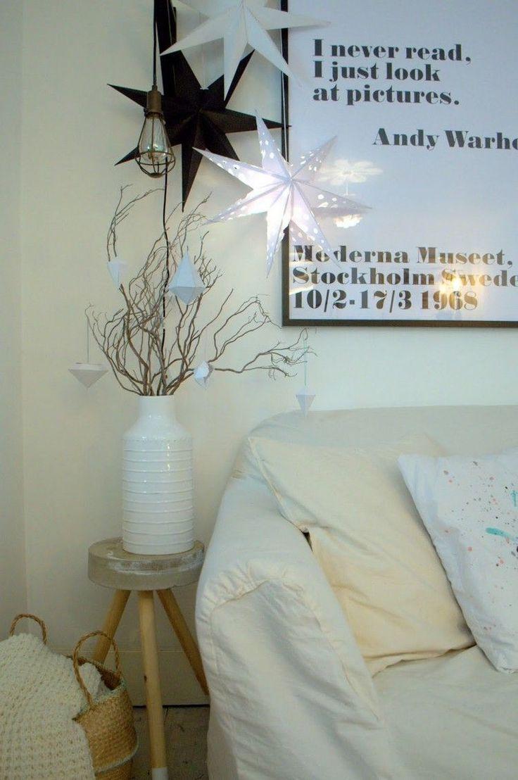 étoile de Noël en papier plié en 3D en noir et blanc, et canapé blanc assorti