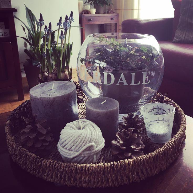 Farmhouse style coffeetable decoration with plants, glass and candles on a tray / landelijke woondecoratie voor de salontafel met planten, kaarsen en glas op een dienblad