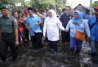 Social Affairs Minister Khofifah Indar Parawansa, center, visits flood victims in Pasuruan, East Java, on Feb. 5, 2017. (Antara Photo/Umarul Faruq)