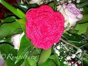 Heute möchte ich Dir zeigen, wie Du eine große Rose häkeln kannst. Es ist relativ einfach, Du solltest allerdings die Grundarten des Häkelns kennen: Luftmasche = LM Feste Mache. = FM Doppelstäbc…