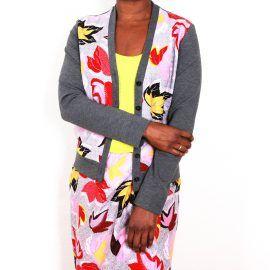 Vest met #herfstblaadjes design, gecombineerd met een dikke en warme jersey. Leuk voor de #herfst vanwege het motief. Mooi voor de lente vanwege de kleur geel en de zachte uitstraling van het vest. #DajeCouture