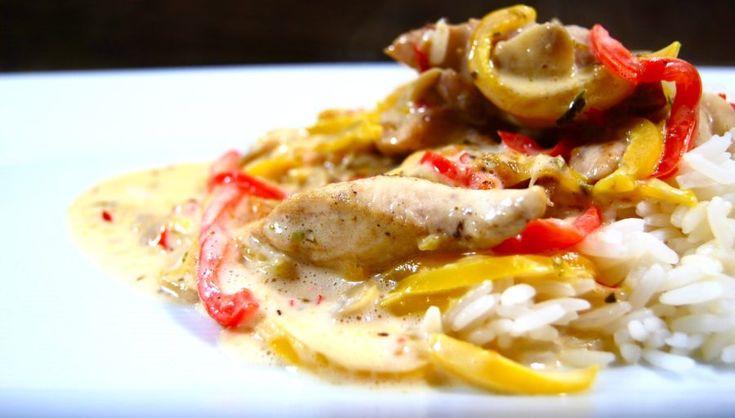 Middag mitt i veckan – Krämig sweet chili kyckling med söt-stark sås, paprika, champinjoner & ris!