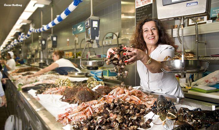 En una ciudad como A Coruña, donde prima la gastronomía y la calidad de su materia prima autóctona, no es de extrañar que existan fantásticos mercados donde adquirir los mejores productos gastronómicos asesorados por afables placeros y placeras, los auténticos expertos en la materia. ¡Descúbrelos!