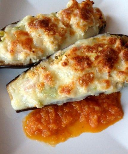 Berenjenas rellenas. Ingredientes: Berenjenas medianas 4 Carne picada ¾ kilo Cebolla mediana 1 Pimiento rojo ½ bien picadito Verdeo ½ ...