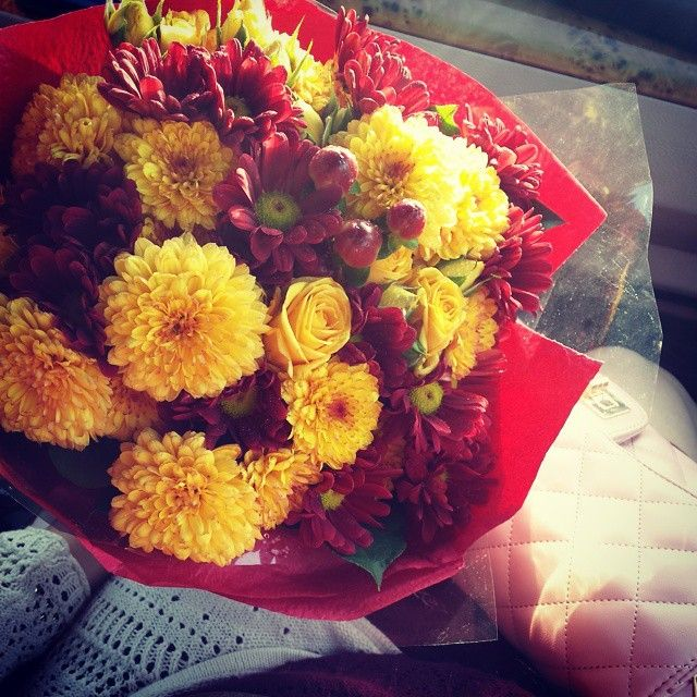 A #bouquet of #marigold and #maroon #flowers for my #motherinlaw #Kuwait  plus a small view of my #pinkbag