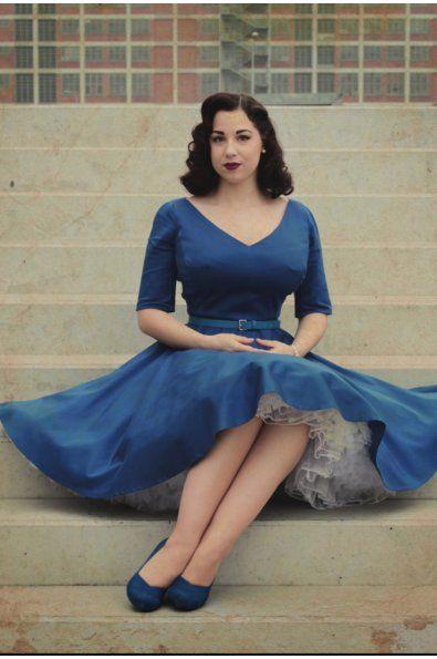 Modré společenské šaty s rukávy hlubší V výstřih protažený na ramená 3/4 rukávy ukončené rozparkem bohatá kolová sukně materiál: bavlněný satén - více barev délka sukně 60 cm, zip na boku
