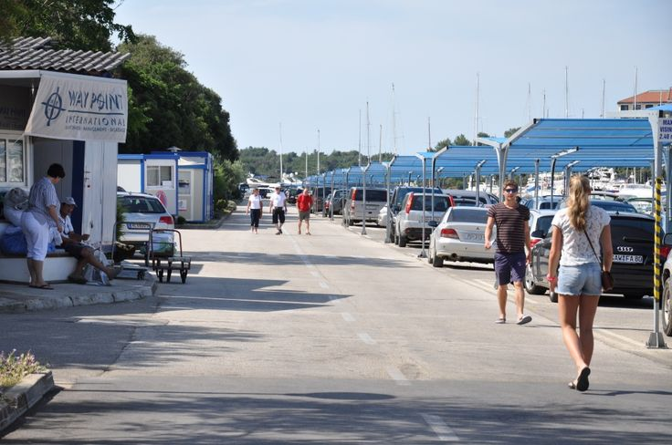 Promenade in der Marina Veruda #segeln #charter #yacht #kroatien