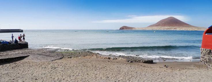 Playa Chica El Médano, Tenerife Sur. ambiente marinero, tienes que visitar Playa Chica en El Médano. Esta cala de aguas tranquilas y arena dorada comparte espacio con el pequeño muelle pesquero del pueblo, lo que la convierte en un lugar muy lleno de vida y colorido, con sus barcas y aparejos de pesca.  Junto a ella transcurre un paseo que hará que te pierdas por las calles de este hermoso pueblo, donde encontrarás todo tipo de servicios, como restaurantes, tiendas y cafeterías donde tomar…